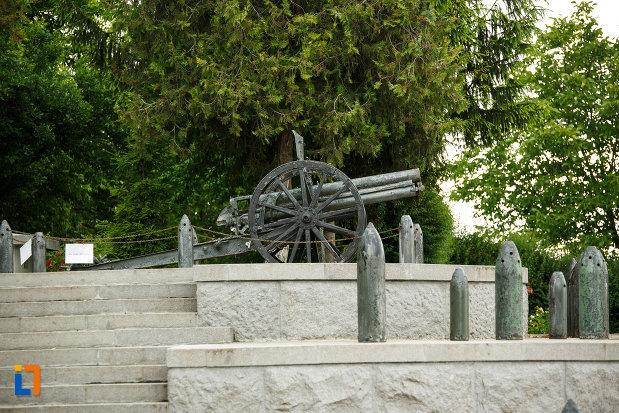 tun-expus-langa-mausoleul-eroilor-din-1916-1919-de-la-marasesti-judetul-vrancea.jpg