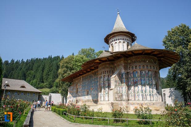 turisti-aflati-la-manastirea-voronet-judetul-suceava.jpg