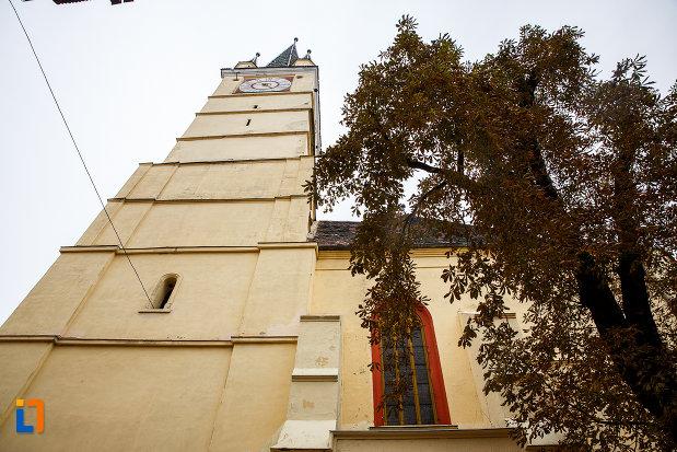 turn-de-biserica-vazut-de-jos-biserica-evanghelica-sf-margareta-si-turnul-trompetilor-1488-din-medias-judetul-sibiu.jpg