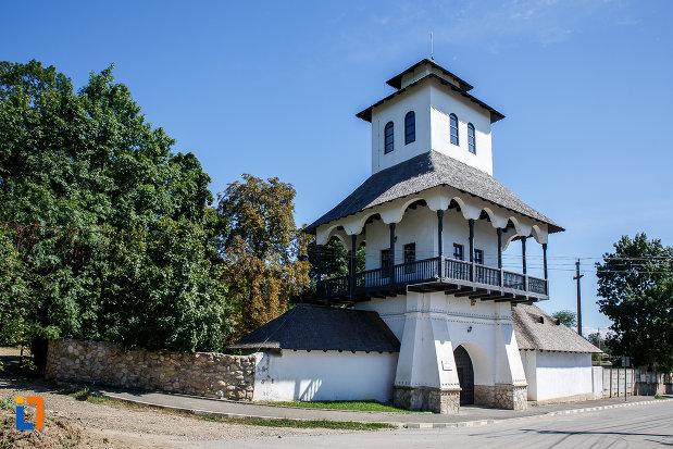 turn-de-intrare-la-muzeul-conacul-bellu-din-urlati-judetul-prahova.jpg