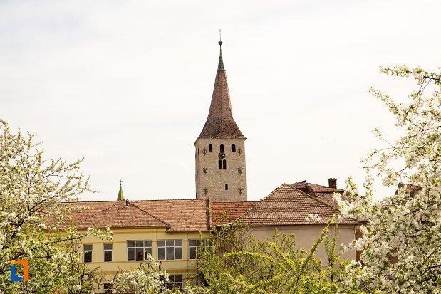 turn-de-la-biserica-reformata-din-aiud-judetul-alba-vazut-din-departare.jpg