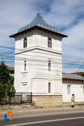 turn-langa-biserica-intrarea-in-biserica-a-maicii-domnului-sf-trei-ierarhi-alba-sau-a-judetului-1632-din-targoviste-judetul-dambovita.jpg