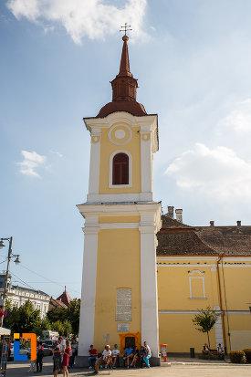turnul-clopotnita-al-fostei-manastiri-franciscane-1820-din-targu-mures-judetul-mures-vazut-din-lateral.jpg