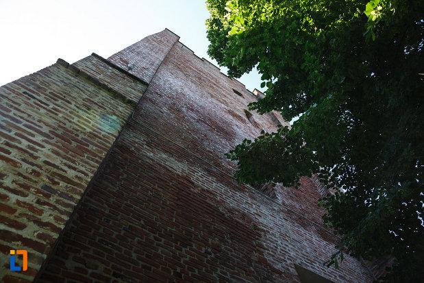 turnul-de-aparare-cula-din-ciacova-judetul-timis-vazut-de-jos.jpg