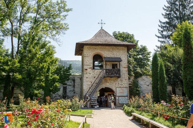 turnul-de-intrare-in-curtea-de-la-manastirea-voronet-judetul-suceava.jpg