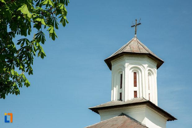 turnul-de-la-biserica-de-lemn-sf-voievozi-din-targu-carbunesti-judetul-gorj.jpg