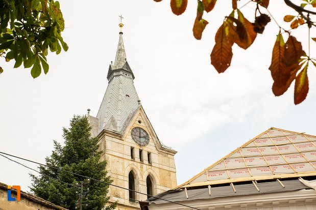 turnul-de-la-biserica-evanghelica-fortificata-din-codlea-judetul-brasov.jpg