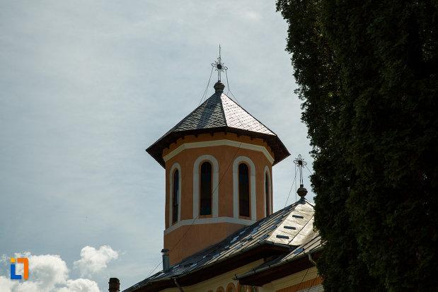 turnul-de-la-biserica-intrarea-maicii-domnului-in-biserica-din-brezoi-judetul-valcea.jpg