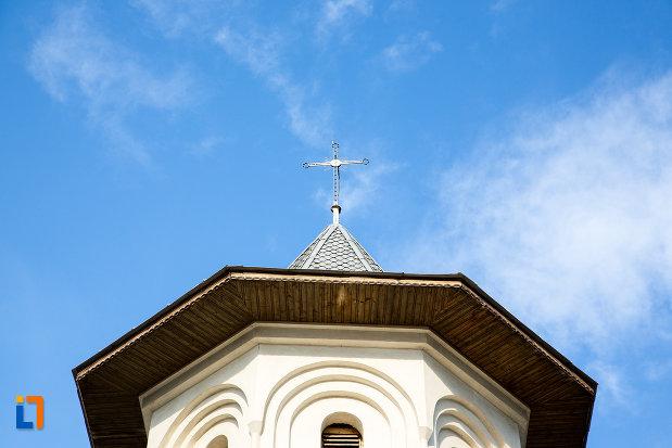 turnul-de-la-biserica-intrarea-maicii-domnului-in-biserica-din-gaesti-judetul-dambovita.jpg