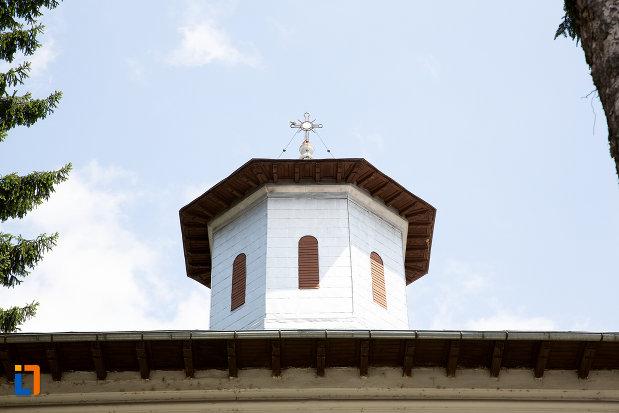 turnul-de-la-biserica-ortodoxa-din-pucioasa-judetul-dambovita.jpg