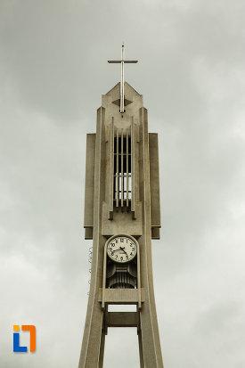 turnul-de-la-biserica-romano-catolica-sf-apostoli-petru-si-pavel-din-focsani-judetul-vrancea.jpg