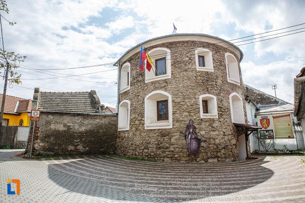 turnul-semicircular-din-sebes-judetul-alba-un-vestigiu-medieval.jpg
