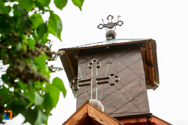 turnul-si-crucile-de-la-biserica-sf-nicolae-din-lazaresti-judetul-gorj.jpg