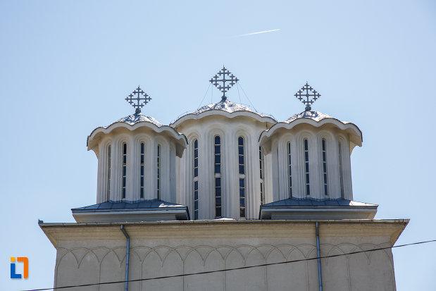 turnuri-cu-cruce-biserica-inaltarea-domnului-din-plopeni-judetul-prahova.jpg