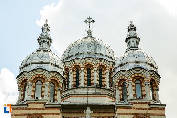 turnuri-cu-cruce-catedrala-ortodoxa-sf-gheorghe-din-tecuci-judetul-galati.jpg