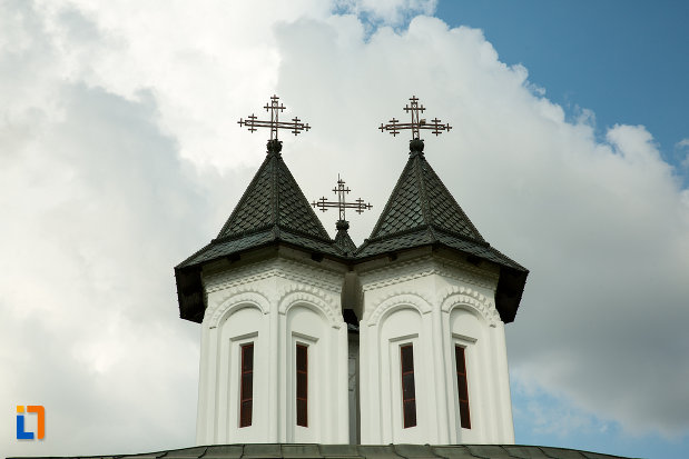 turnuri-cu-cruce-de-la-manastirea-clocociov-din-slatina-judetul-olt.jpg