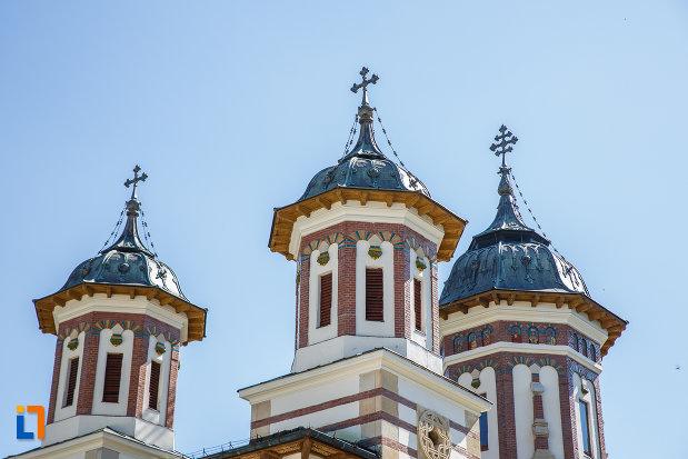 turnuri-de-biserica-manastirea-sinaia-judetul-prahova.jpg