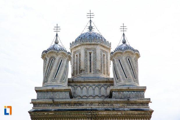 turnuri-de-la-biserica-din-ansamblul-manastirea-argesului-din-curtea-de-arges-judetul-arges.jpg