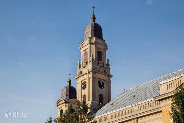 turnuri-de-la-biserica-romano-catolica-coborarea-sfantului-duh-din-oradea-judetul-bihor.jpg