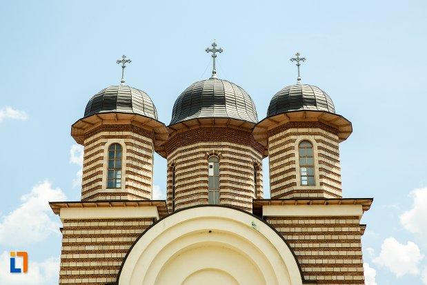 turnuri-de-la-catedrala-ortodoxa-sf-gheorghe-din-nehoiu-judetul-buzau.jpg