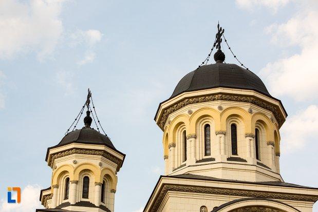 turnuri-de-la-catedrala-reintregirii-din-alba-iulia-judetul-alba.jpg