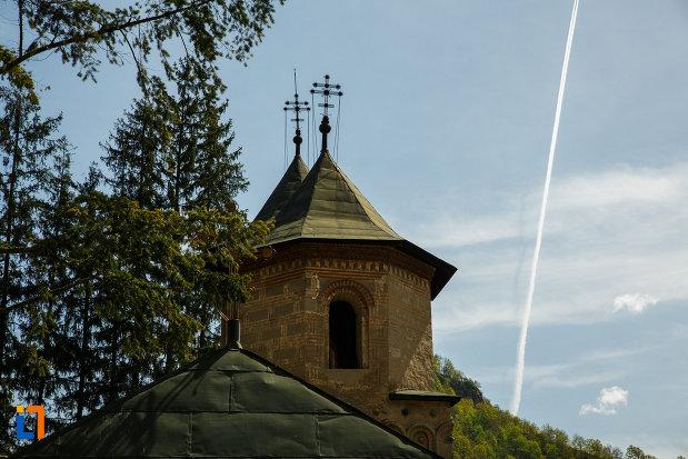 turnuri-de-la-manastirea-cornetu-din-calinesti-judetul-valcea.jpg