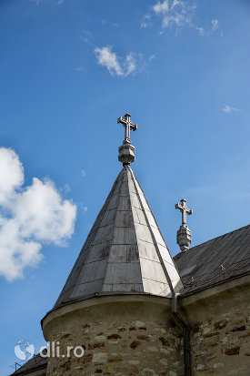 turnuri-laterale-din-manastirea-sfintii-apostoli-petru-si-pavel-din-bixad-judetul-satu-mare.jpg