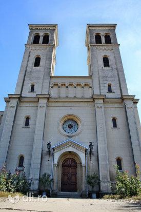 turnuri-si-usa-din-lemn-de-la-manastirea-franciscana-sf-anton-din-capleni-judetul-satu-mare.jpg