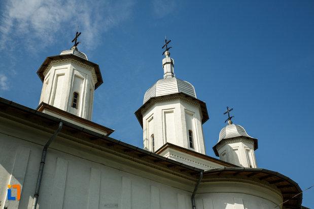 turnurile-de-la-ansamblul-bisericii-sf-cruce-din-odobesti-judetul-vrancea.jpg