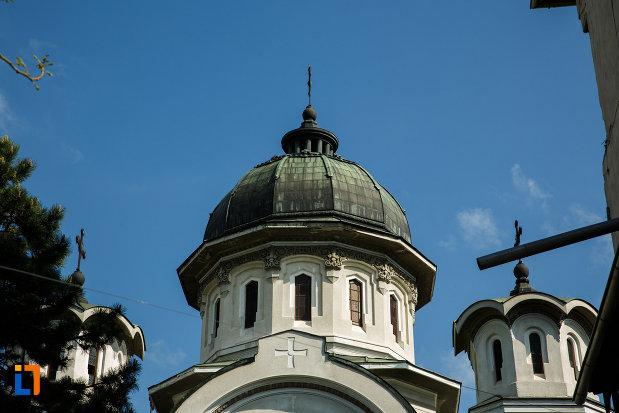 turnurile-de-la-biserica-adormirea-maicii-domnului-din-dragasani-judetul-valcea.jpg