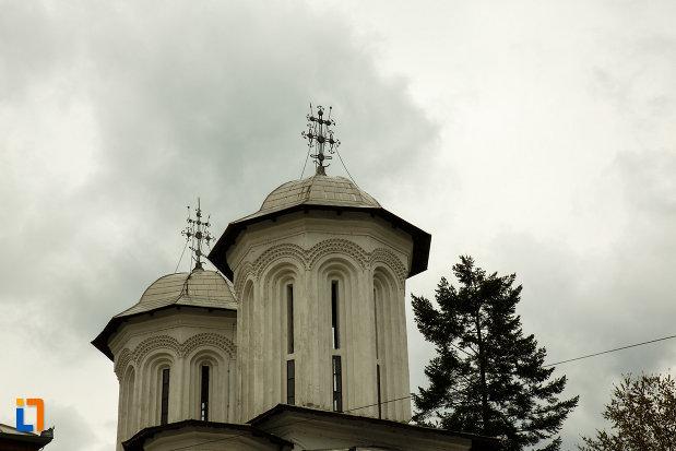 turnurile-de-la-biserica-buna-vestire-din-ramnicu-valcea.jpg