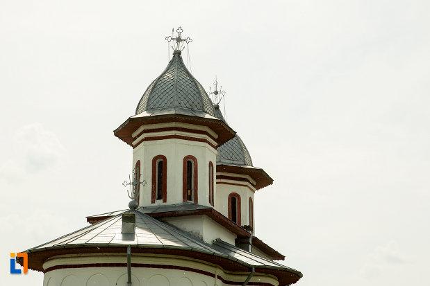 turnurile-de-la-biserica-cuvioasa-paraschiva-din-bals-judetul-olt.jpg