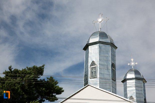 turnurile-de-la-biserica-intrarea-in-biserica-a-maicii-domnului-sf-trei-ierarhi-alba-sau-a-judetului-1632-din-targoviste-judetul-dambovita.jpg