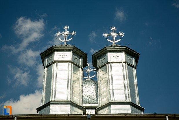 turnurile-de-la-biserica-nasterea-maicii-domnului-din-buzau-judetul-buzau.jpg