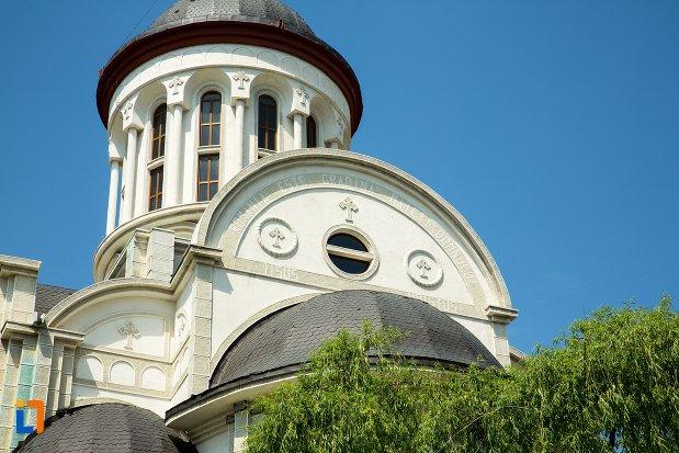 turnurile-de-la-biserica-ortodoxa-sf-sava-din-buzau-judetul-buzau.jpg