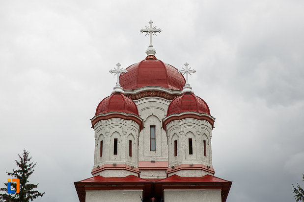 turnurile-de-la-biserica-ortodoxa-sf-treime-din-petrosani-judetul-hunedoara.jpg
