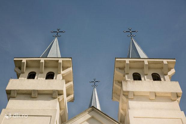 turnurile-de-la-biserica-ortodoxa-sfanta-treime-din-surdesti-judetul-maramures.jpg