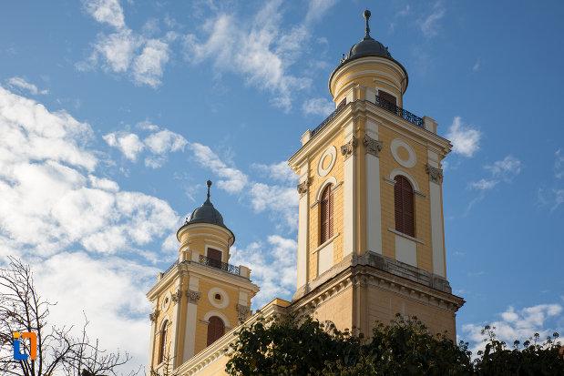 turnurile-de-la-biserica-reformata-cu-doua-turnuri-din-cluj-napoca-judetul-cluj.jpg