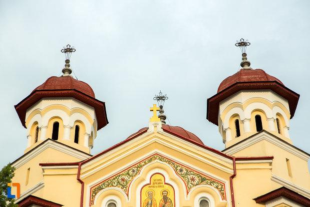 turnurile-de-la-biserica-sf-apostoli-petru-si-pavel-din-targu-jiu-judetul-gorj.jpg