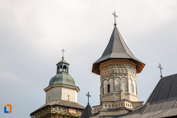 turnurile-de-la-biserica-sf-dumitru-din-suceava-judetul-suceava.jpg