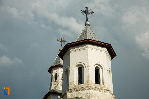 turnurile-de-la-biserica-sf-imparati-constantin-si-elena-din-odobesti-judetul-vrancea.jpg