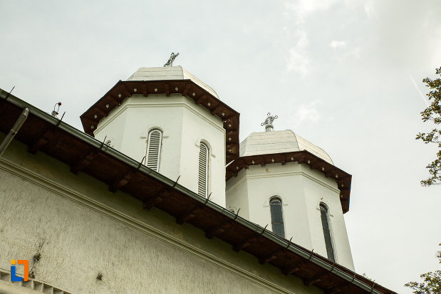 turnurile-de-la-biserica-sf-imparati-din-slatina-judetul-olt.jpg