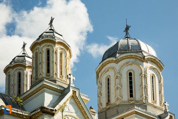 turnurile-de-la-biserica-sf-nicolae-din-calafat-judetul-dolj.jpg
