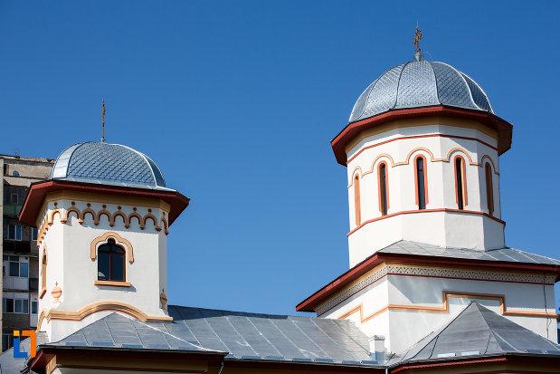turnurile-de-la-biserica-sf-nicolae-din-oltenita-judetul-calarasi.jpg