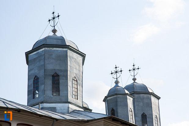 turnurile-de-la-biserica-sf-voievozi-din-pucioasa-judetul-dambovita.jpg