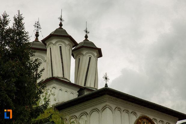 turnurile-de-la-biserica-toti-sfintii-1764-din-ramnicu-valcea-judetul-valcea.jpg