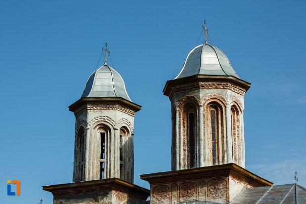 turnurile-de-la-biserica-veche-intrarea-in-biserica-din-horezu-judetul-valcea-vazute-din-lateral.jpg