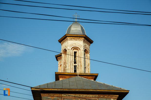 turnurile-de-la-biserica-veche-intrarea-in-biserica-din-horezu-judetul-valcea.jpg