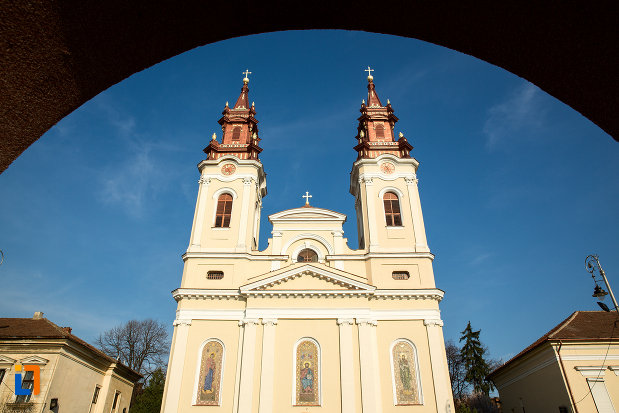 turnurile-de-la-catedrala-naterea-sfantului-ioan-botezatorul-din-arad-judetul-arad.jpg