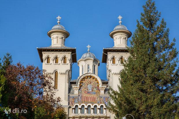 turnurile-de-la-catedrala-ortodoxa-adormirea-maicii-domnului-din-zalau-judetul-salaj.jpg